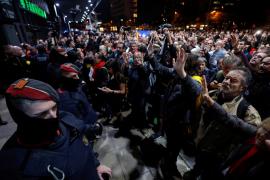 Cientos de manifestantes de los CDR bloquean la estación de Sants de Barcelona