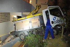 Un camión cae sobre un edificio en Sant Agustí