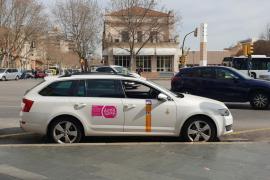 Cort y el sector del taxi acuerdan ampliar los turnos a 24 horas durante la temporada alta