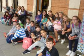Alumnes del CEIP Nicolau Calafat de Valldemossa varen anar de excursió amb el tren de Sóller al Museu Modernista de Ca'n Prunera