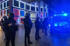 Los CDR se concentran ante la sede de Cs en Barcelona, protegida por antidisturbios