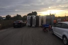 Herido un conductor al volcar su camión en Palma