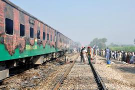 Al menos 74 muertos por el incendio de un tren en el norte de Pakistán