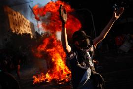 Nueva jornada de protestas en Chile marcada por disfraces y algunos disturbios