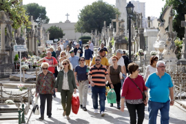 Miles de ciudadanos acuden al cementerio con motivo del día de Tots Sants