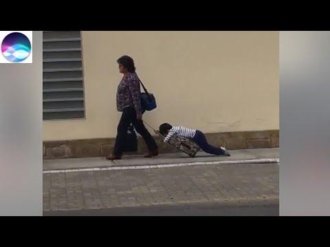 Una madre arrastra a su hijo dormido para llevarlo a la escuela