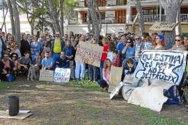 Unas 300 personas se manifiestan en contra del camino peatonal de Portocolom