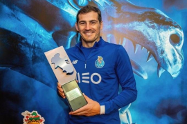 Iker Casillas posa con el trofeo de mejor portero en Portugal