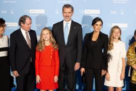 Los reyes y sus hijas son ovacionados al inicio de los premios Princesa de Girona
