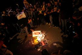 Queman fotos del rey en una protesta de la ANC y de Pícnic per la República en Barcelona