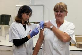 El primer día de la campaña contra de vacunación la gripe en Ibiza, en imágenes (Fotos: Daniel Espinosa).