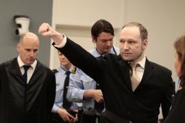 Breivik niega su culpabilidad en atentados de Noruega y se muestra impasible