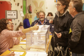 La participación a las 14.00 horas cae 3,6 puntos respecto a las elecciones de abril