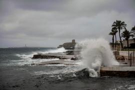 Alerta naranja en Mallorca y Menorca por fenómenos costeros y fuerte viento