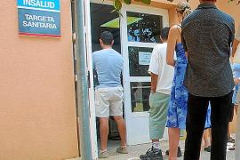 Las trabas burocráticas de la nueva tarjeta dejan sin atención sanitaria a inmigrantes