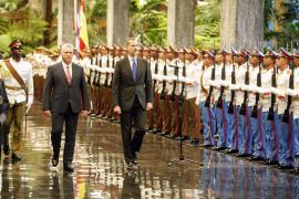 El presidente cubano da la bienvenida a los reyes de España