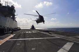 La Fuerza de Infantería de Marina con el buque Juan Carlos I, de maniobras en la bahía de Pollença