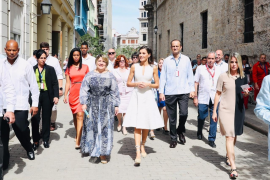 La reina Letizia explora La Habana Vieja ante la expectación de los cubanos