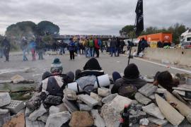 Los Mossos desalojan a los manifestantes de la AP-7, que responden lanzando piedras