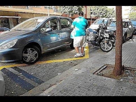 ¿Nos pueden multar si hacemos una parada en doble fila y estamos dentro del coche?