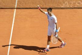Un irregular Djokovic se verá en semifinales con Berdych