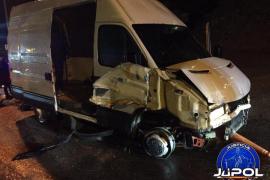 Una furgoneta con 52 inmigrantes revienta la frontera de Ceuta a gran velocidad
