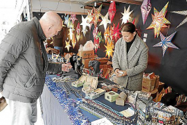 Arranca el mercadillo artesanal navideño de la Plaça Mayor