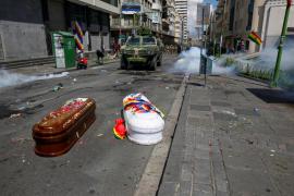La gran marcha con ataúdes que terminó dispersada por la policía en Bolivia