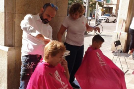 Los peluqueros cortan y afeitan en Palma contra el cáncer de próstata