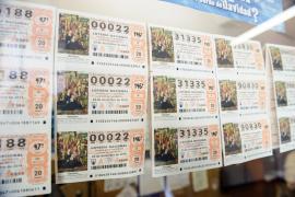 Una trabajadora de la limpieza se encuentra 100 décimos de lotería de Navidad y se los devuelve a sus dueños
