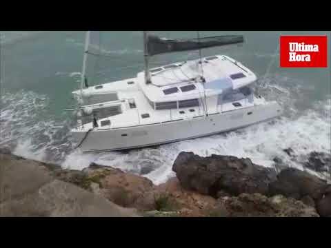 Expectación por un catamarán varado en el Port d'Andratx