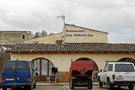 Medio centenar de personas viven como 'okupas' en un viejo restaurante de Campos