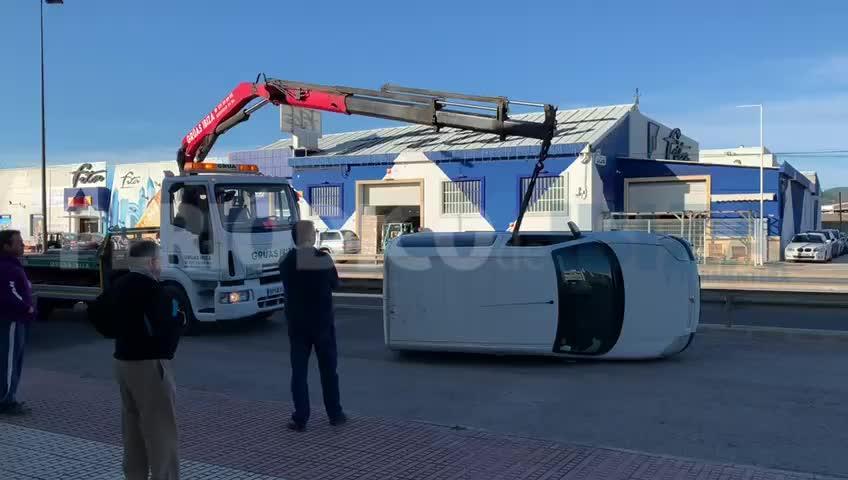 Aparatoso vuelco de una furgoneta en Ibiza