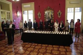 Todos los grupos del Parlament participan en el encendido de velas por las víctimas de la violencia de género