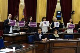 PSIB, Més y Podem exhiben carteles contra la violencia machista en la intervención de Vox en el Parlament