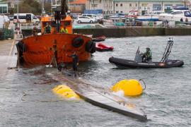 El submarino cargado con droga se hunde tras ser remolcado al puerto de Aldán