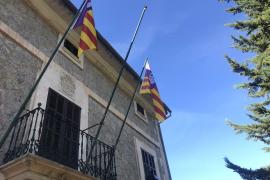 Roban la bandera de España del Ajuntament d'Escorca