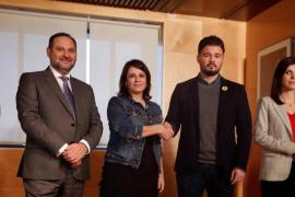 La delegación de ERC se ha reunido con el PSOE con bolígrafos por la libertad de Forcadell y con las 'moleskine' del procés