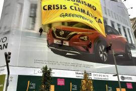 Greenpeace coloca una gran pancarta en Gran Vía para criticar que el consumo «masivo» agrava la crisis climática