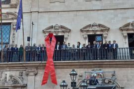 Cort se suma a la lucha contra el estigma del sida y cuelga un lazo rojo en su fachada