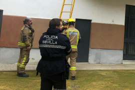 Investigan el abandono de una niña de 4 años que pedía ayuda desde el balcón