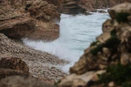 Un guardia civil rescata 'in extremis' a un pescador arrastrado por el temporal en Ibiza