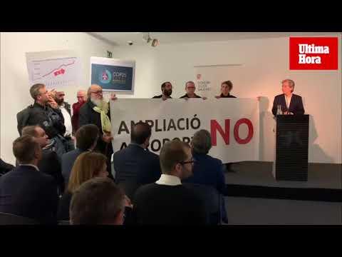 Activistas protestan en un acto en Palma de la Cumbre del Clima