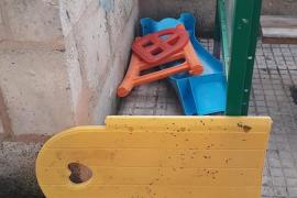 Destrozan el parque infantil del colegio público de Algaida