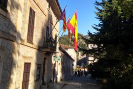 El Ajuntament d'Escorca repone la bandera española robada con una de mayor tamaño