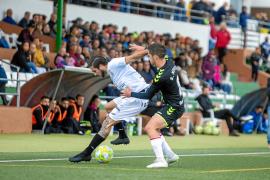 Andrada aguanta el balón ante un jugador del Rayo Majadahonda, en un partido de esta temporada