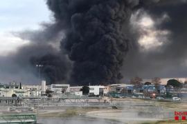 Más de 200 desalojados por el incendio industrial en Barcelona