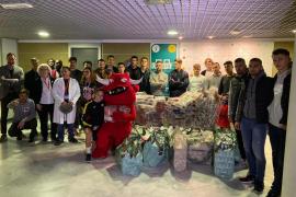 El Mallorca reparte regalos e ilusión en Son Espases y la Clínica Juaneda