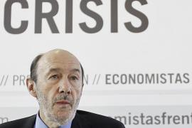 Rubalcaba acusa a Rajoy de mentir sobre las medidas contra la crisis