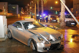 Dos adolescentes de 15 años se estrellan con un Mercedes frente al Palacio de Congresos